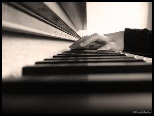 Silueta de mujer en notas de piano (lo que nunca se olvida)